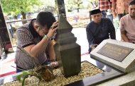 Hukum Mencium Batu Nisan Kuburan
