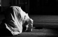 Bagaimana Hukum Imam Yang Memanjangkan Sujud Terakhirnya