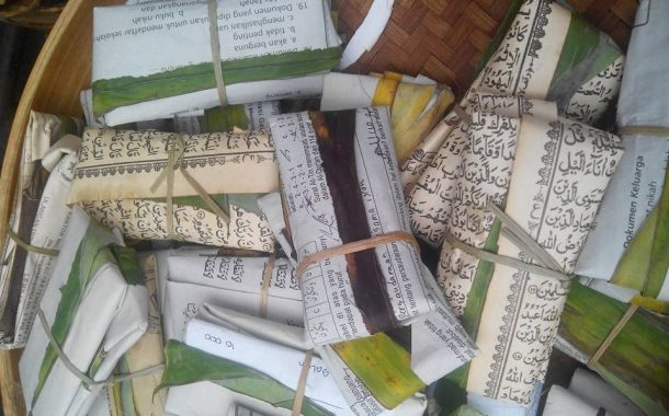 13. Membungkus Rujak/ Makanan Dengan Kertas Bertuliskan Ayat Al-Qur'an