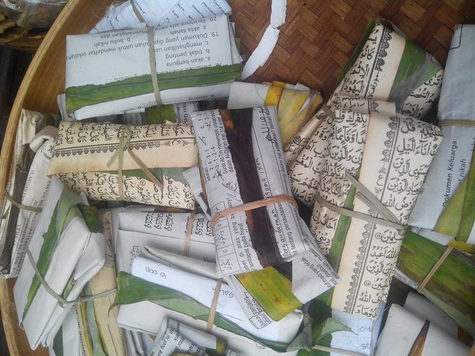 Kertas Bertuliskan Petikan Ayat Qur'an Menjadi Pembungkus Makanan